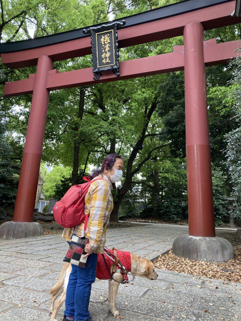 【写真】根津神社入口にて