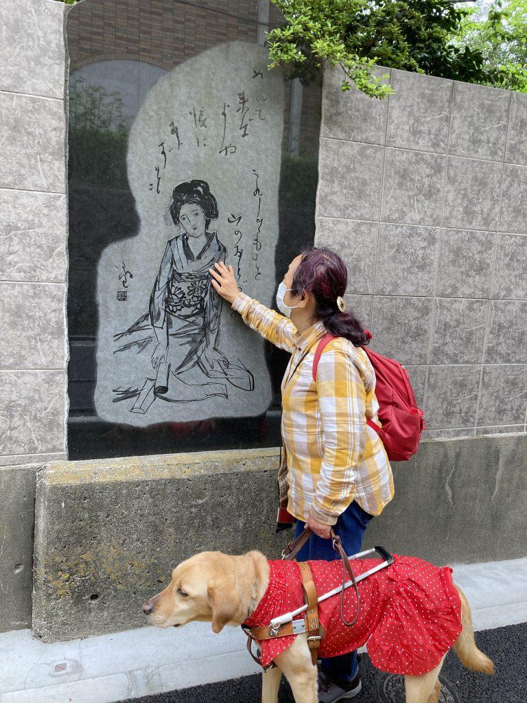 【写真】夢二の絵が彫られた大理石に触れて